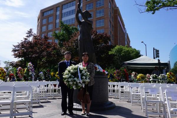 共产主义受难者基金会6月10日在美国首都华盛顿举办献花仪式,纪念全球一亿多死于共产专制暴政的人们。法轮功之友的代表出席活动并敬献花环,追悼那些被中共迫害致死的法轮功学员。
