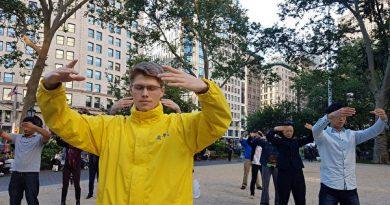 曼哈顿街心公园的美国大学生
