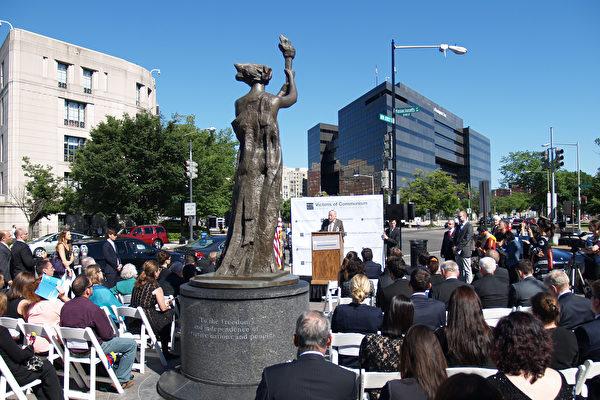 纪念共产主义受难者 20多国代表美华府献花圈